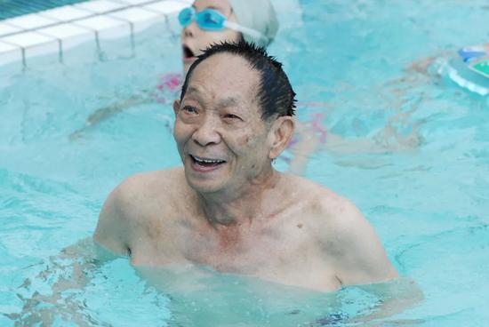袁隆平工作的湖南杂交水稻研究中心,有一个大游泳池,他曾常在那里游泳