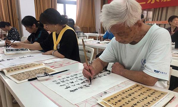 杭州市河姆渡社区的居民在为老年人设计的课程中练习中国书法