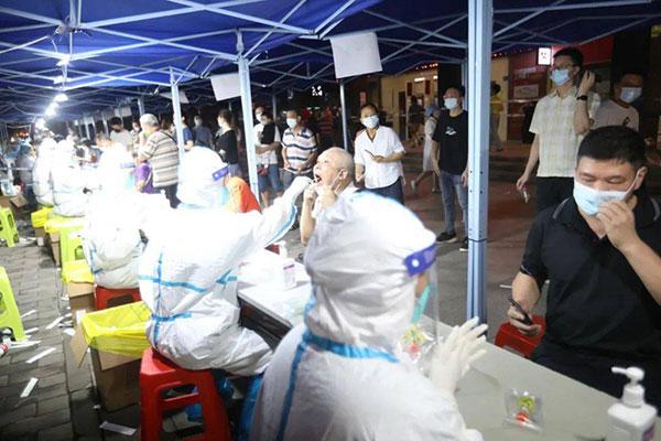 △27日,广东省广州市,市民排队进行核酸检测。