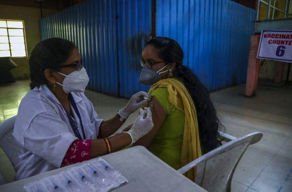 当地时间2021年6月21日,印度海得拉巴,当地民众接种新冠疫苗。