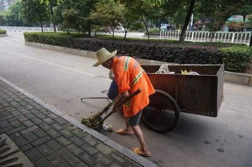 过了55岁,基本找不到工作了,只有干环卫、物业等工作。