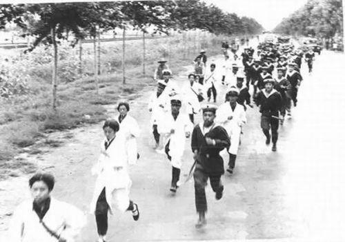 △跑步前往唐山救援的解放军