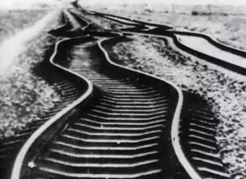 △大地震后被震弯的铁路