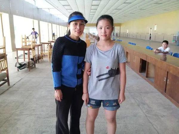 杨倩与奥运铜牌、世界冠军王成意合影