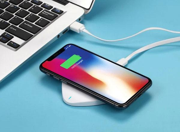 手机充电一夜不拔对电池是没任何伤害的。