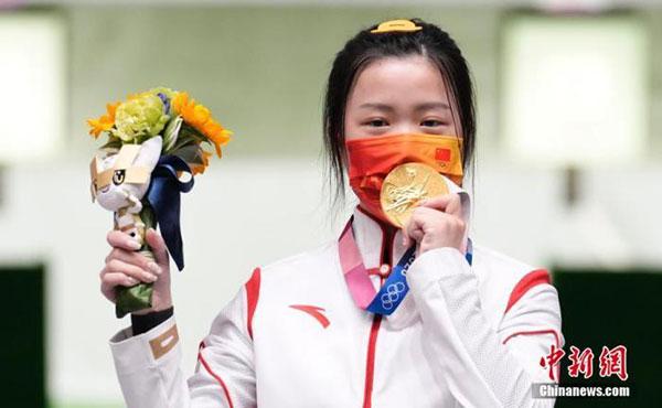 拍照时咬金牌是奥运健儿夺冠后的经典动作