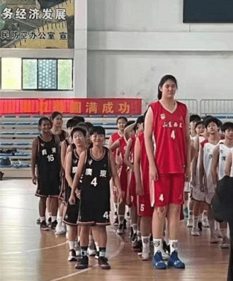 14岁女孩有这样的身高,在同年龄段的比赛中基本所向无敌