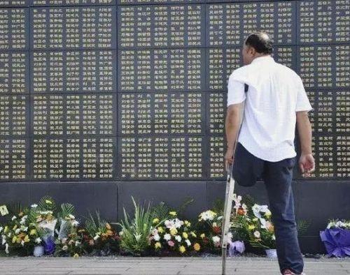 △一位男士在唐山大地震纪念墙前追思亲人