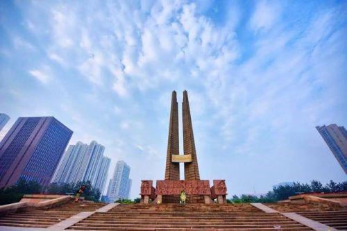 """△位于唐山市中心广场的""""唐山地震纪念碑"""",昂然挺立的纪念碑象征着唐山人在灾难面前永不屈服的精神和重建家园的决心。"""