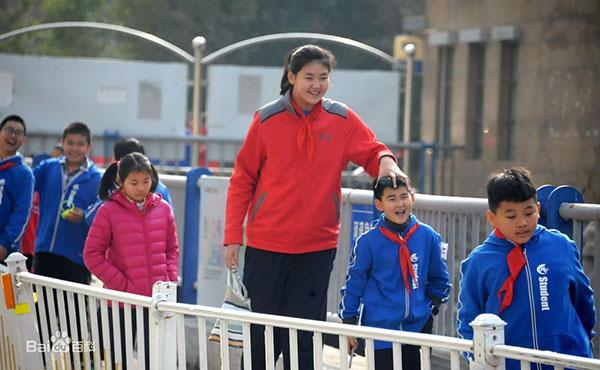 在学校,小子宇也是同学们的好玩伴和开心果。