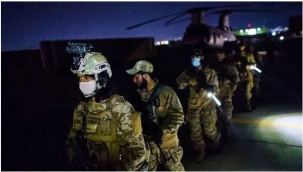 第一批塔利班武装人员进入喀布尔机场。