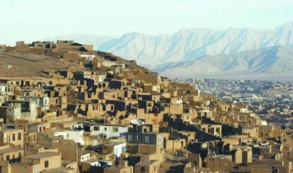 小山丘上密密麻麻泥砌的房子,这就是一个国家的首都