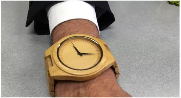 """河野解释说,""""我有皮肤炎,所以特别喜欢这只竹质手表。"""""""
