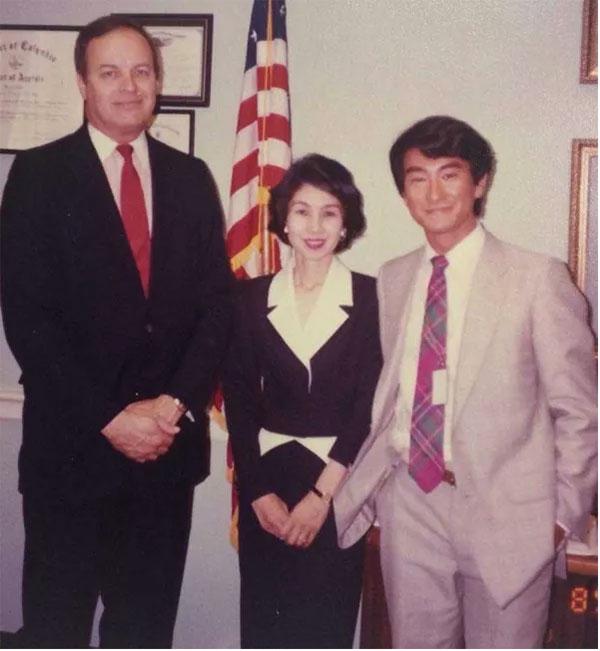 左起:美民主党参议员谢尔比、伊藤武子(河野母亲)、河野太郎