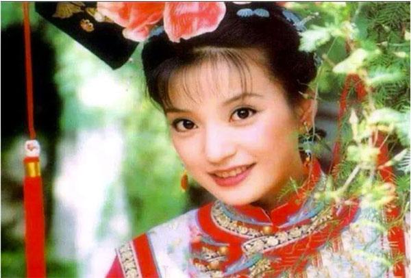 唯独提到赵薇这个名字,就像木瓜掉进湖里,咕咚一声,忍不住让人忆起当年旧事。