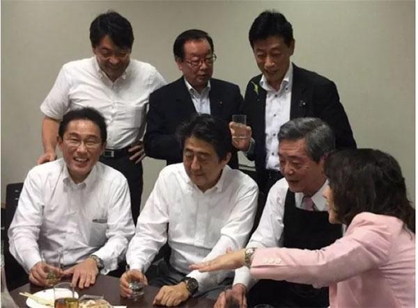 安倍、岸田等自民党干部居然聚在一起喝大酒