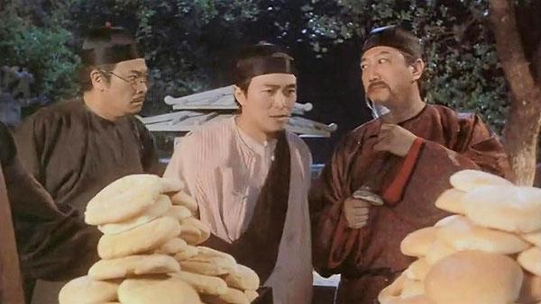 《九品芝麻官》里面周星驰和吴孟达去告御状不成,却被喂吃饼