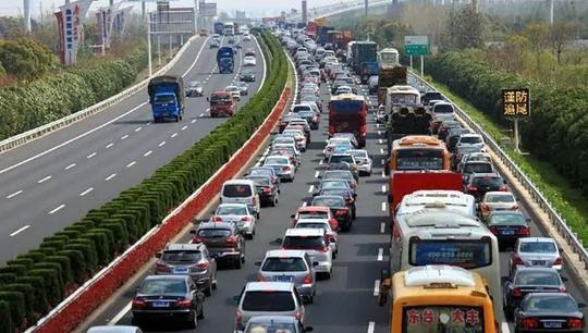 高速路之所以速度快,就是因为大家都在有序地行驶